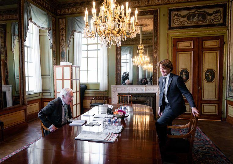 Informateur Herman Tjeenk Willink ontvangt Kim Putters, directeur van het Sociaal en Cultureel Planbureau (CPB). Beeld ANP