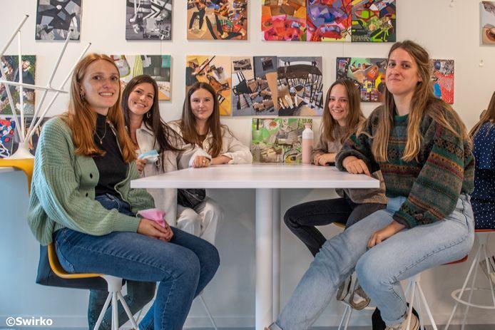 Lynn Capelleman (20), Manon Moens (21) en Emmely Baeckelandt (20) met studentencoach Febe Cuvelier.