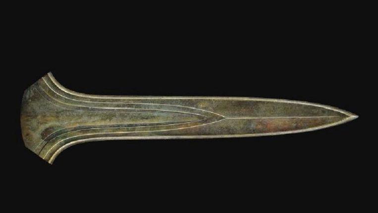 'De aankoop van de eeuw' noemt het Rijksmuseum van Oudheden het zwaard dat woensdag is gekocht op een veiling in Londen. Het gaat om een 3500 jaar oud zwaard uit de bronstijd. Beeld