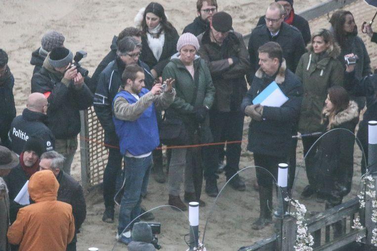5 december 2018. Reconstructie van de feiten op het strand in Knokke. Vader Muylle (met pet) kijkt toe. Beeld Gianni Barbieux