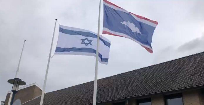 De vlag van Israël hangt sinds vrijdagochtend naast de vlag van Urk bij het gemeentehuis.