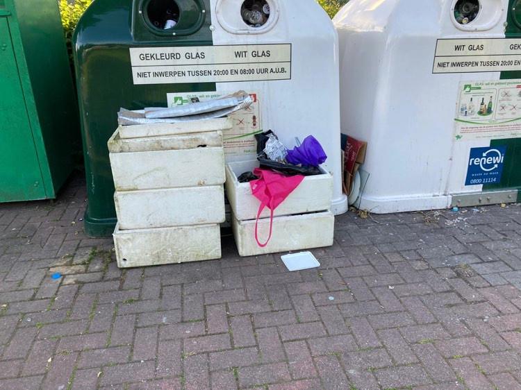Afval gedumpt bij de glascontainers aan de Scheldekant...