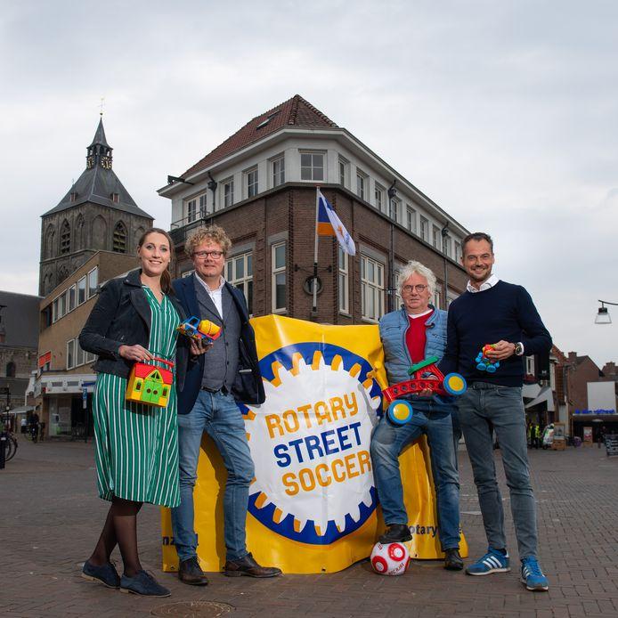 Organisatoren van het streetsoccertoernooi, waaraan dit jaar een speelgoedactie voor kinderen in Afrika is gekoppeld. Vanaf links: Carolien Blom, Dennis Kamst, Martien Boet en Maarten Smidt.