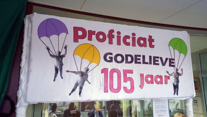 De verjaardagsbanner verwijst naar haar parachutesprong.