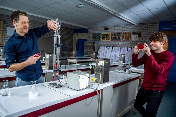 Niels de Koning (links) is docent scheikunde en maakt een filmpje voor de digitale open dag van het Zuider Gymnasium. Zijn collega legt het vast.