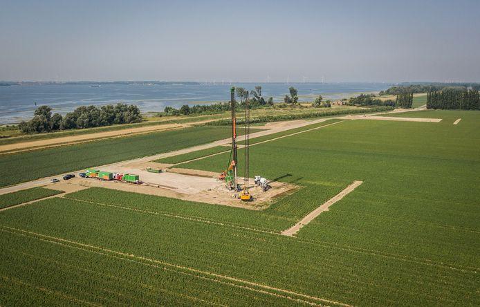 De werkzaamheden voor de bouw van negen windmolens bij Numansdorp zijn in volle gang.