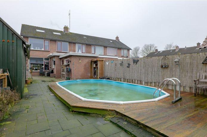 Een huis met zwembad zonder de hoofdprijs te betalen: het kan, zo blijkt in de achtertuin van deze woning in het dorp De Krim in Overijssel.
