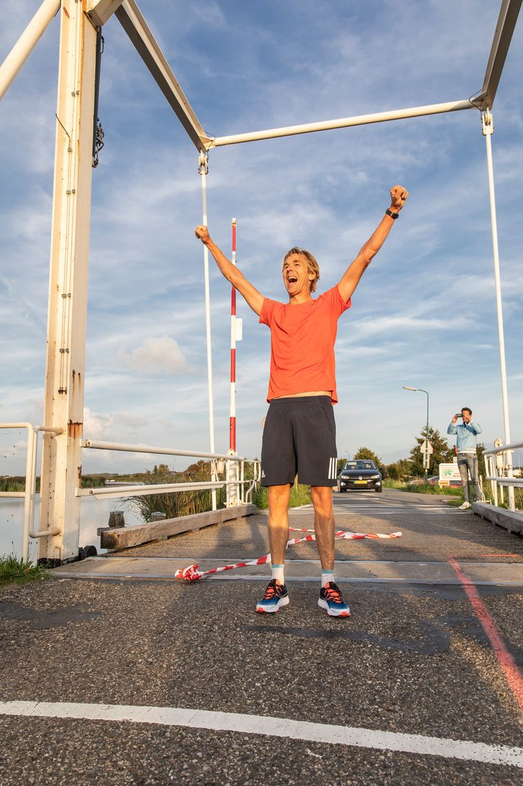 Jaap Schilperoort komt over de finish na zijn 'privé-ironman'.   Beeld Dingena Mol