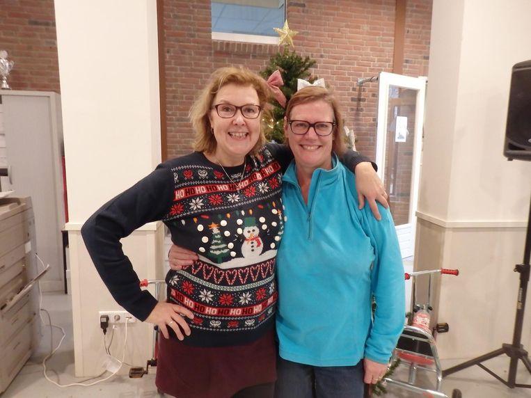 Intern begeleider Astrid Schutte (r) met Sylvia Nickel, juf bij groep 3A. Schutte: 'Wat leuk, eindelijk een keer in Schuim!' Beeld Schuim