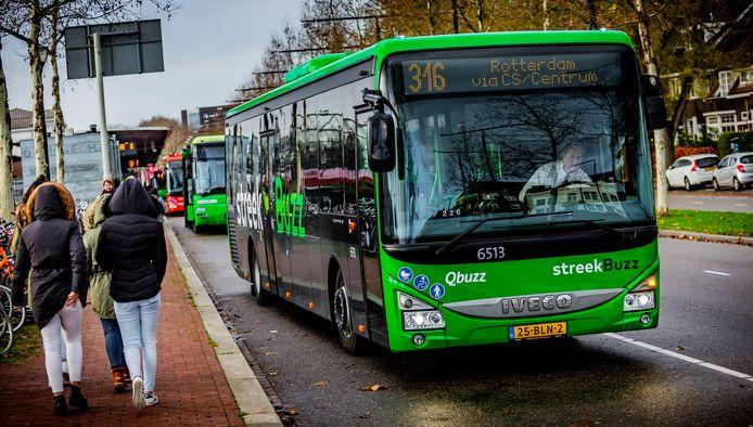 De Streek Buzz arriveert bij station Dordrecht.