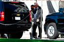 President Donald Trump stapt in een auto bij het Witte Huis zaterdagochtend in Washington.