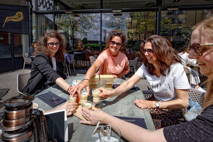 Op het terras van Brasserie Sublime wordt een soepje bij de high tea geserveerd.