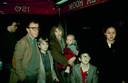 Woody Allen en Mia Farrow met hun kinderen, waaronder Soon-Yi Previn. Foto gemaakt rond 1990.