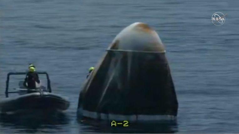 De SpaceX Dragon Crew capsule landde succesvol in de Atlantische Oceaan. Onmiddellijk snelden enkele recovery-teams van SpaceX naar de landingsplaats om de astronauten te 'bevrijden' en de capsule te bergen.  Beeld AFP