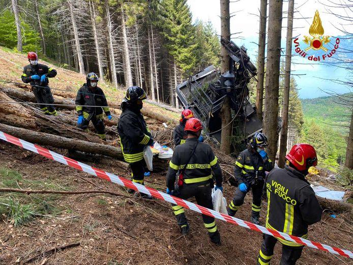 De cabine kwam tegen een paar bomen tot stilstand.