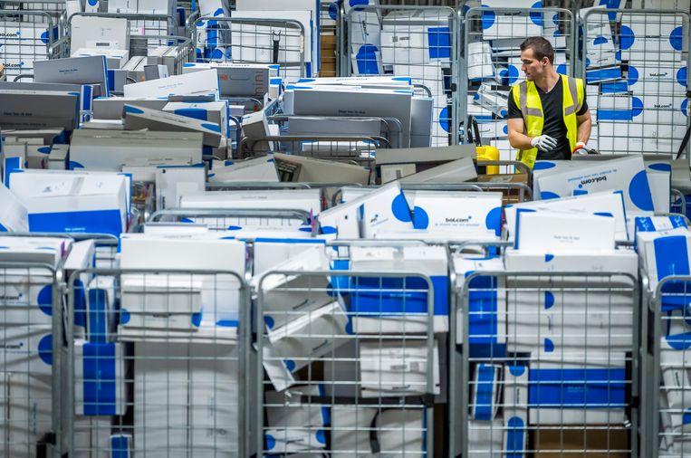 Pakjes worden voor verzending gesorteerd in het distributiecentrum van Bol.com in Waalwijk. Beeld ANP