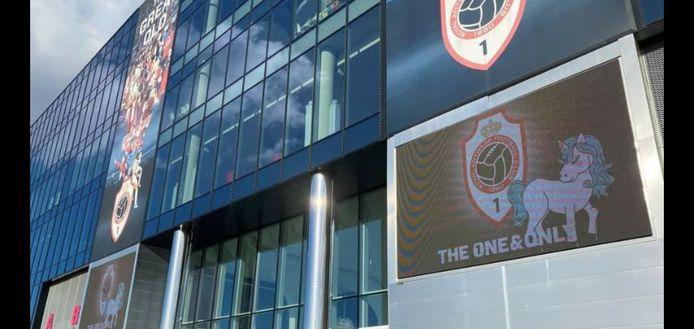Zelfs aan het stadion van Antwerp herdenken ze Loes.
