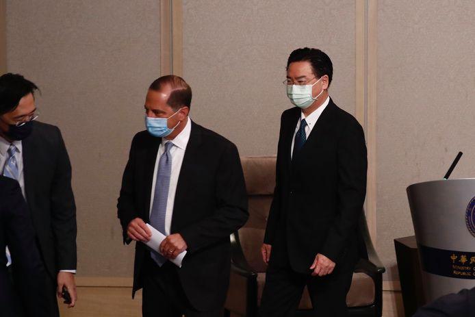 Minister van Buitenlandse Zaken van Taiwan Joseph Wu (rechts) en minister van Volksgezondheid van de Verenigde Staten Alex Azar.
