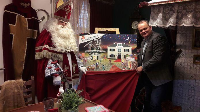 Sinterklaas en voorzitter Marten Foppen van de Stichting Sinterklaas Museum laten zien wat hun bedoeling is.