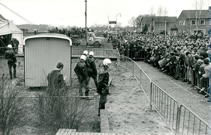 Boze boeren blokkeren in december 1971 de tent waar de stemming over de ruilverkaveling moet worden gehouden.