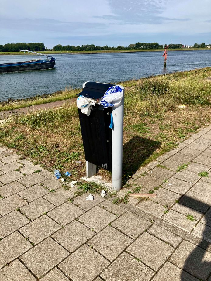 Een overvolle afvalbak langs het Scheur in Maassluis.