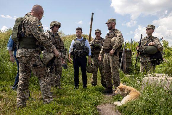 De toen pas aangetreden Volodimir Zelenski bracht eind mei een bezoek aan de Oekraïense troepen nabij Loehansk.