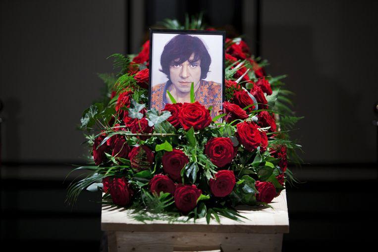 De kist met het lichaam van Ramses Shaffy staat maandag opgebaard in Theater Carre. (ANP) Beeld