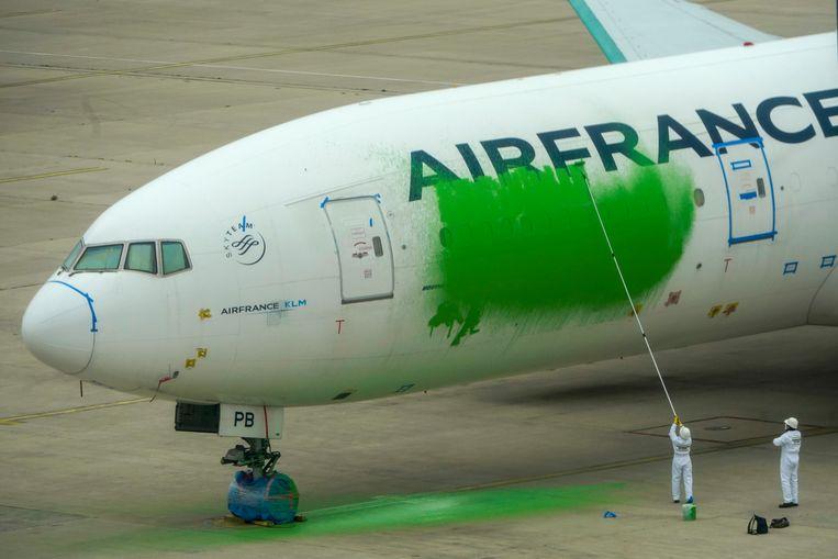 Milieuactivisten van Greenpeace beschilderen een toestel van Air France met groene verf. (archiefbeeld) Beeld AP