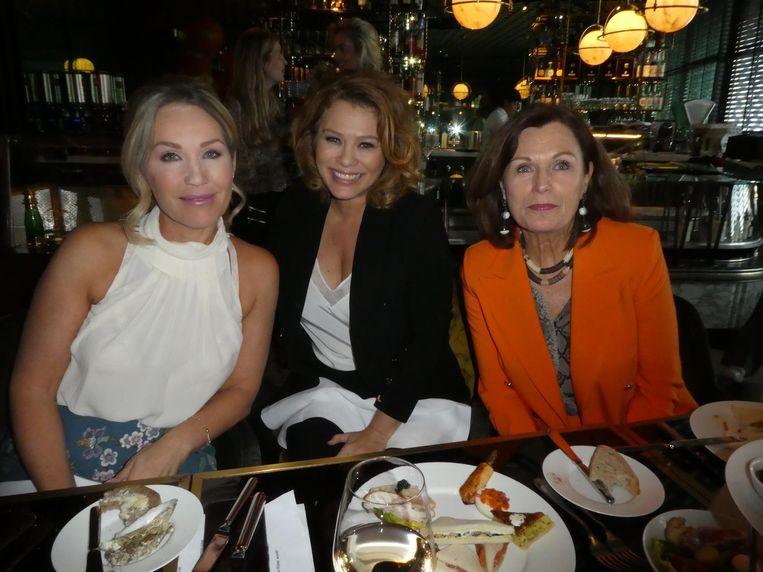Presentatrice Tanja Jess, zangeres Antje Monteiro en actrice Liz Snoijink. Eerst keurig wachten tot Liz de mond leeg heeft. Beeld Hans van der Beek
