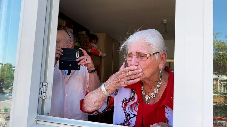 Hetty (93): haar familie feliciteert haar vanaf een hoogwerker buiten met haar verjaardag.   Beeld VPRO