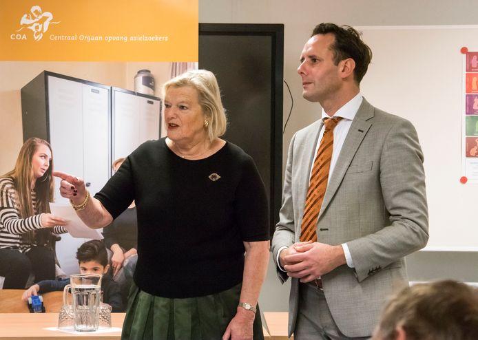 Staatssecretaris Ankie Broekers-Knol van Justitie en Veiligheid bracht vanmiddag een bezoek aan het asielzoekerscentrum in Harderwijk. Ze werd daarbij vergezeld door burgemeester Harm-Jan van Schaik