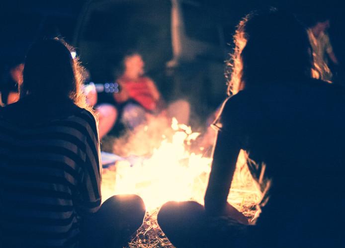 Kampvuur om het vuur gitaar bij open vuur Shutterstock
