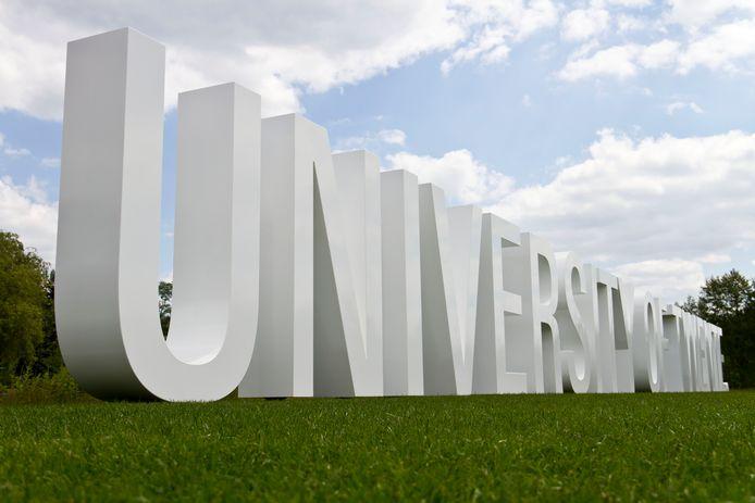 Kunstwerk van letters aan de Hengelosestraat bij de Universiteit Twente