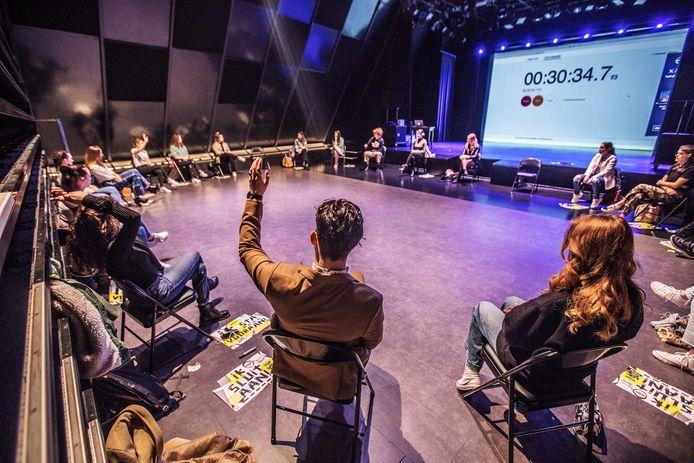In de theaterzaal van het Koorenhuis doen de studenten van ROC Mondriaan die getest zijn, mee met een workshop.