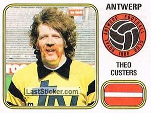 Theo Custers viel als doelman ook op door zijn markante uiterlijk.