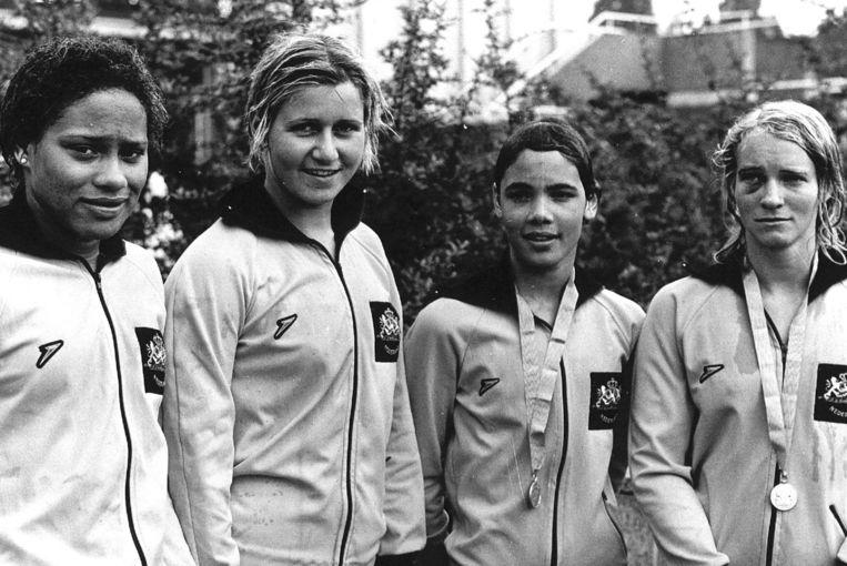 Enith Brigitha (links), Veronica Stel, Linda Faber en Anet Segaar, de Nederlandse estaffeteploeg die Europees goud won in 1973 op de 4x100 meter vrije slag na diskwalificatie van de Duitse ploeg. Beeld null