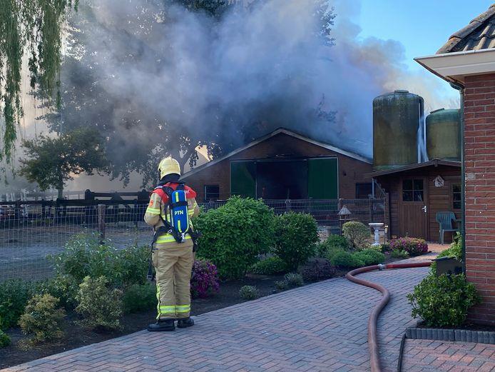 Bij de brand in de stal komt flink wat rook vrij.