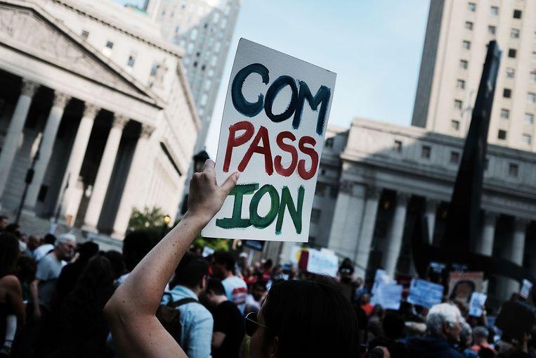 Honderden demonstranten demonstreren tegen Trumps strenge immigratiebeleid in Manhattan.