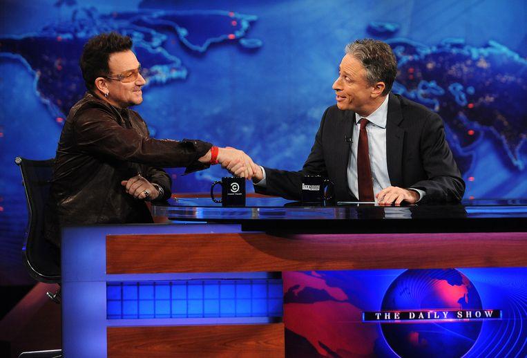 Frontman van U2, Bono, op bezoek in The Daily Show van Jon Stewart. Beeld AP