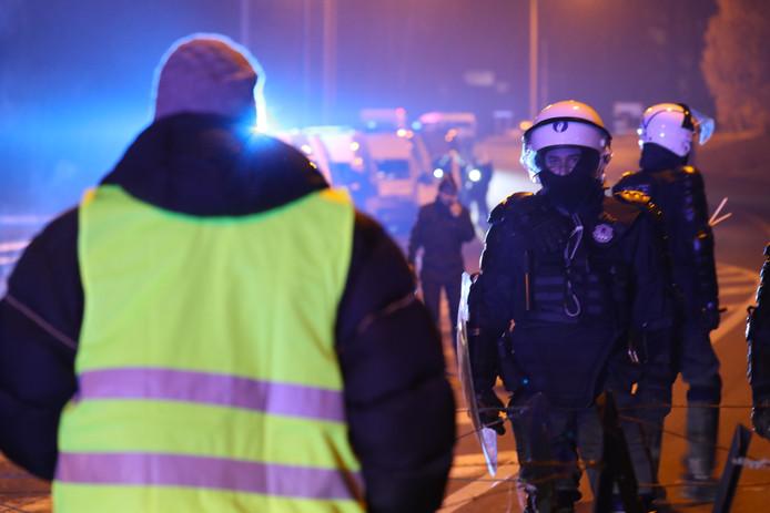 """Un """"gilet jaune"""" et un policier en novembre 2018"""