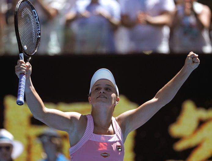 Ashleigh Barty viert de winst op Maria Sjarapova in Melbourne.
