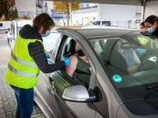 Drive-through voor een griepprik in Meppel: stoppen, prikken en door