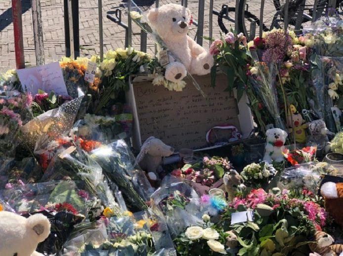 Leidenaren leggen massaal bloemen, knuffels en berichtjes bij het monument voor het meisje.