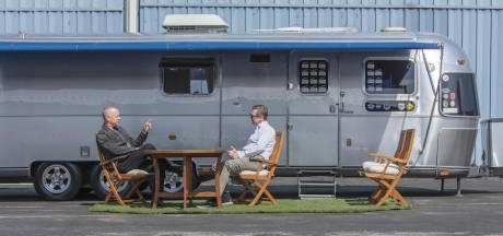 Tom Hanks verkoopt unieke caravan: 11 meter lang, mét kleedkamer en handtekeningen
