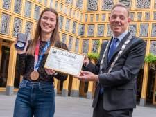 Deventer stadspenning na bronzen plak op Spelen voor Emma Oosterwegel