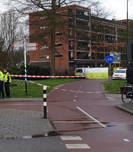 Man uit Ede (72) dood gevonden in bestelbusje langs de weg in Veenendaal, politie onderzoekt toedracht