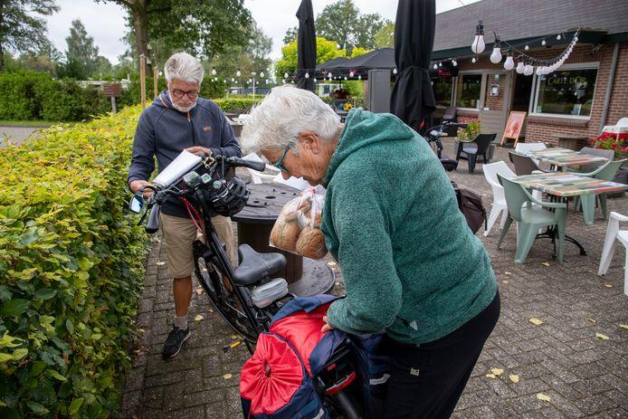 Het echtpaar Van der Velde uit Zoetermeer pakt de fietsen in voor vertrek.