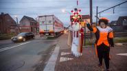 Sint en Pieten belonen bestuurders die braaf stoppen voor rood licht aan overweg