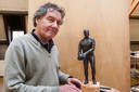 Deventer beeldhouwer met de miniatuurversie, waarvoor Leo Halle's kleinzoon Aram model heeft gestaan. Het uiteindelijke manshoge standbeeld wordt iets anders, met de doelman staande op één been. ,,Het geeft het beeld meer dynamiek.''