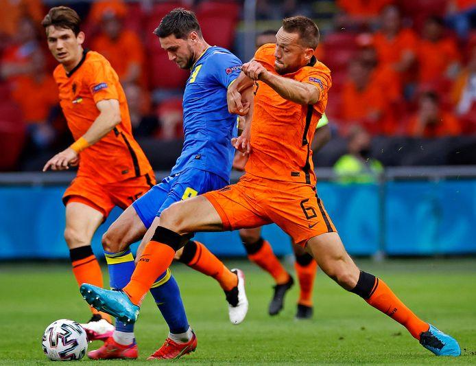Stefan de Vrij probeert Roman Jaremtsjoek van de bal te zetten.